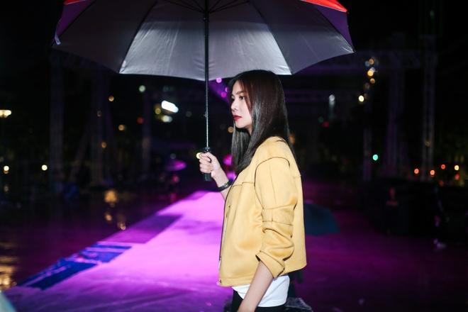 Thanh Hang 'doi mua' tap catwalk cho cac em nho tren pho di bo hinh anh 5