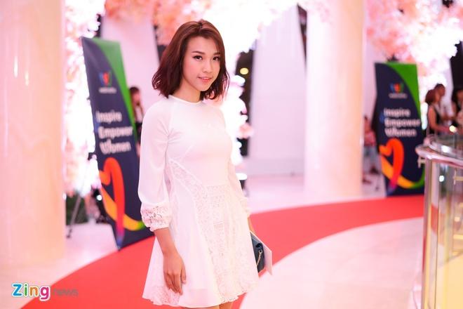 Thuy Tien, Thanh Hang xem show thoi trang mung ngay 20/10 hinh anh 5