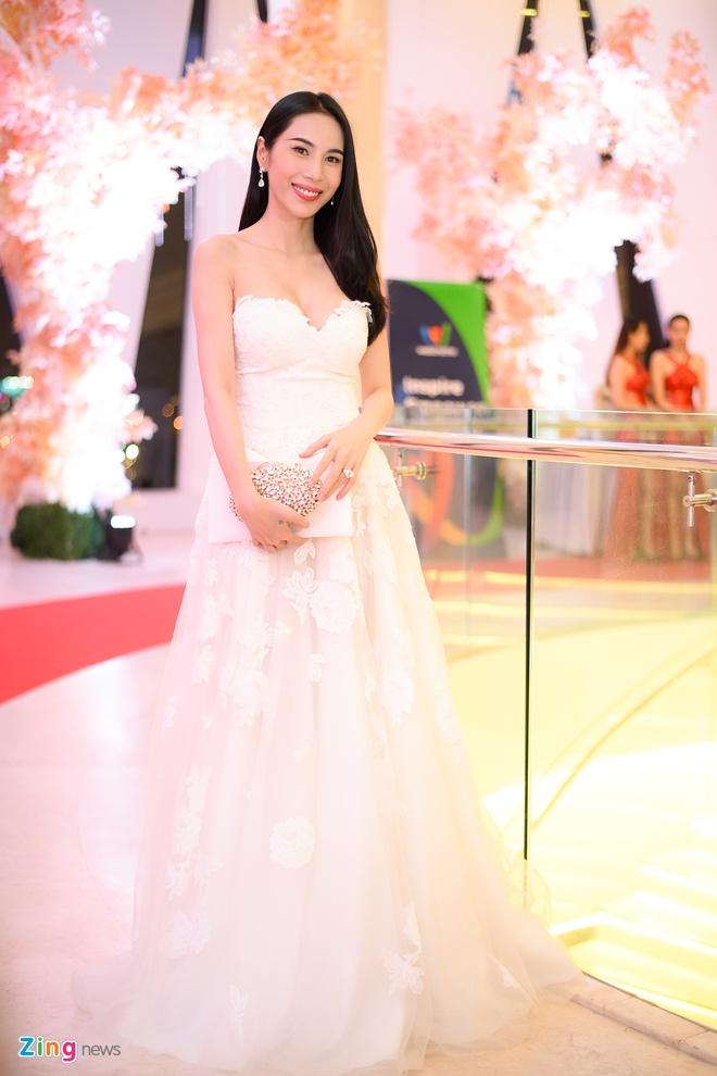 Thuy Tien, Thanh Hang xem show thoi trang mung ngay 20/10 hinh anh 1