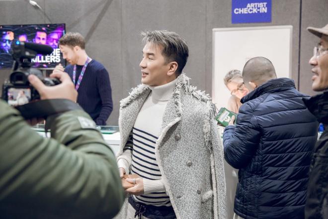 Dam Vinh Hung mang 80 kg do du le trao giai MTV chau Au 2017 hinh anh 2