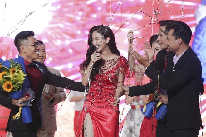A hau Ha Thu dang quang Tinh Bolero phien ban nghe si 2017 hinh anh 1