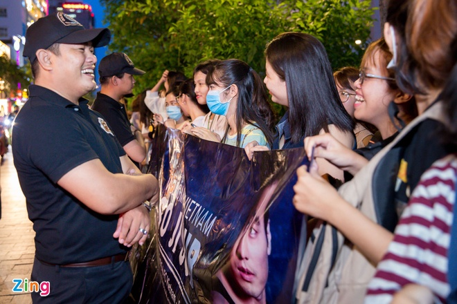 Fan Viet nong nhiet chao don tai tu So Ji Sub o pho di bo Nguyen Hue hinh anh 9