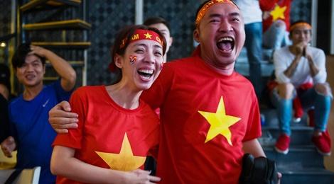 Clip dan sao Viet coi ao, ho het khi Quang Hai go hoa cho U23 Viet Nam hinh anh