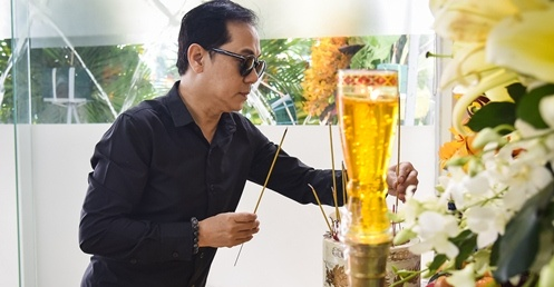 NSUT Thanh Loc toi thap huong, dua tien Nguyen Hau sang 30 Tet hinh anh