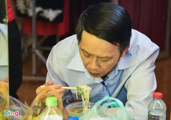 Hoai Linh lai an voi trong hau truong san khau kich chieu mung Mot Tet hinh anh