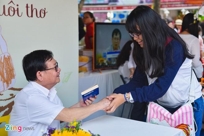 300 doc gia xep hang dai xin chu ky nha van Nguyen Nhat Anh o Hoi sach hinh anh