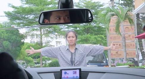 'Gao nep gao te': Le Phuong lao vao oto, can chong di voi nhan tinh hinh anh
