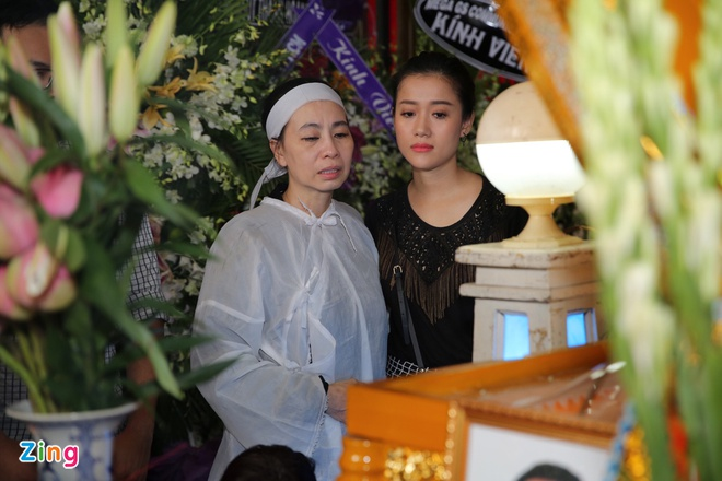 Vo, con trai nghe si Thanh Hoang khoc ngat ben di anh o le dua tang hinh anh 1