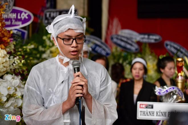Vo, con trai nghe si Thanh Hoang khoc ngat ben di anh o le dua tang hinh anh 6