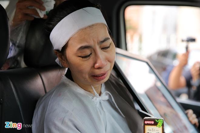 Vo, con trai nghe si Thanh Hoang khoc ngat ben di anh o le dua tang hinh anh 14