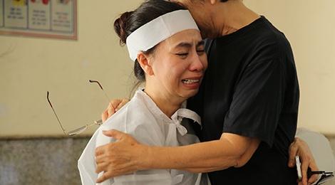 Vo va con trai NSUT Thanh Hoang khoc nghen trong le tang hinh anh