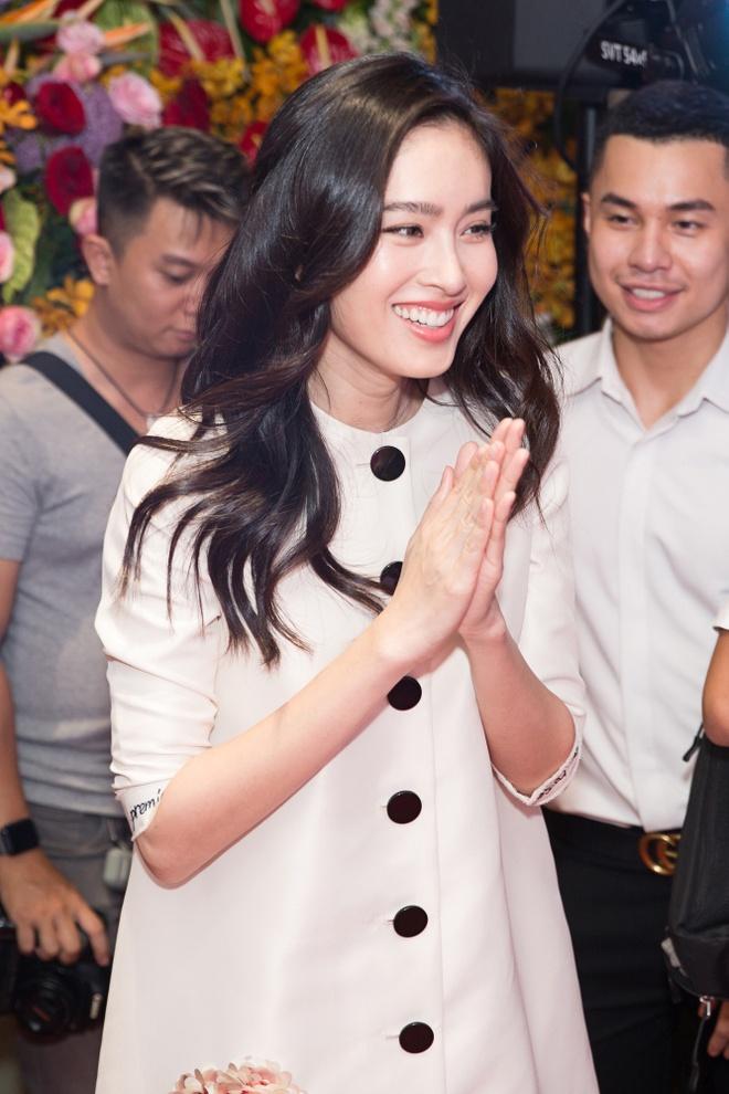 Hoa hau chuyen gioi Thai Lan dien dam Cong Tri rang ngoi o Viet Nam hinh anh 3