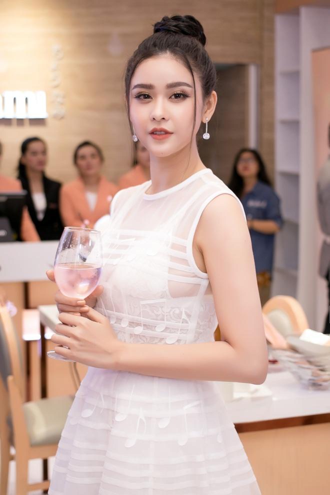 Hoa hau chuyen gioi Thai Lan dien dam Cong Tri rang ngoi o Viet Nam hinh anh 5