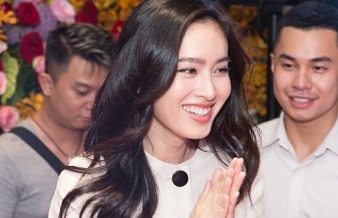 Hoa hau chuyen gioi Thai Lan dien dam Cong Tri rang ngoi o Viet Nam hinh anh