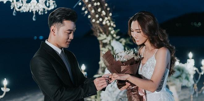 Ung Hoang Phuc cau hon Kim Cuong ben bo bien hinh anh