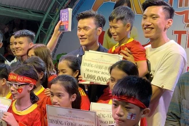Bui Tien Dung, Quang Hai tang sach cho tre em mo coi, khuyet tat hinh anh 5