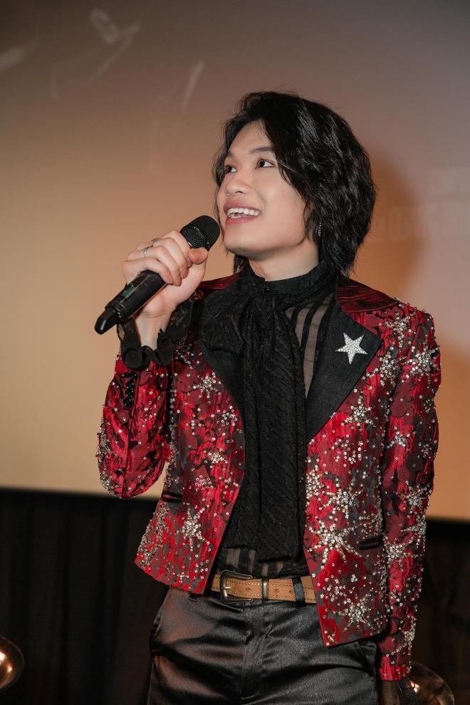 Cây hài Quang Trung lấn sân ca hát