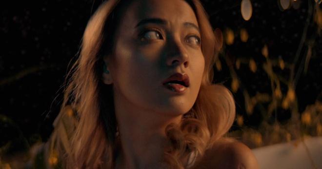 'Be' Xuan Nghi dong canh tinh cam voi nguoi yeu Viet kieu trong MV moi hinh anh 2