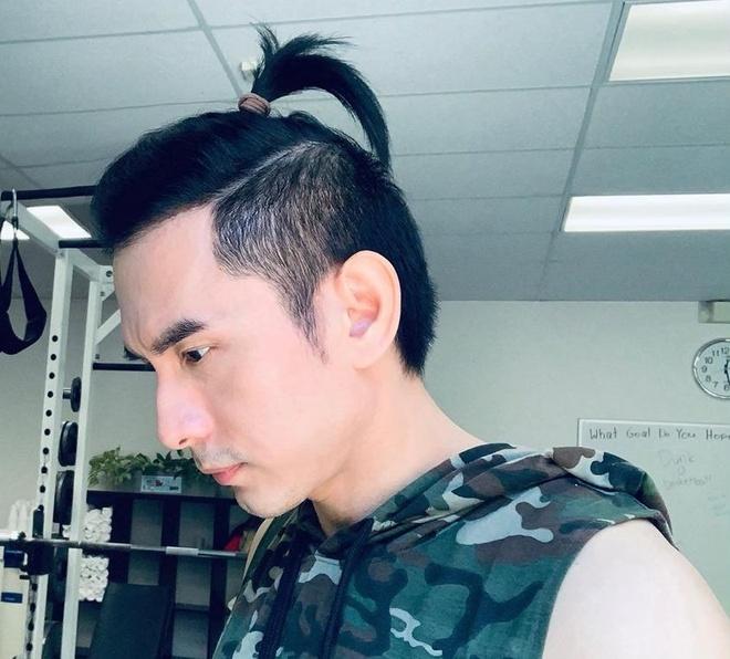 Đan Trường cột tóc mái để chứng minh không bị hói