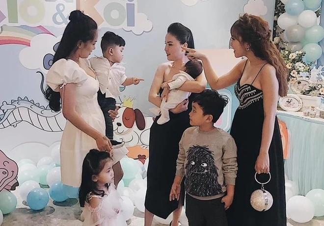 Nhom May Trang hoi ngo trong tiec thoi noi con gai Hai Bang hinh anh 2