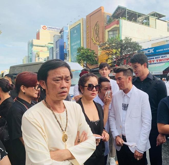 Hoài Linh nghẹn ngào trước giờ di quan linh cữu nghệ nhân Thành Giao.