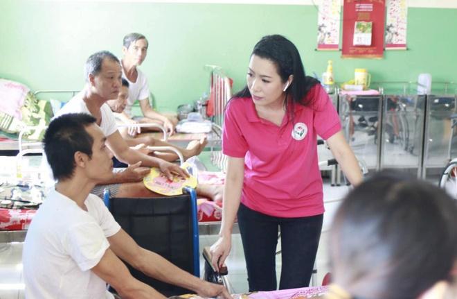Angela Phuong Trinh hoa chi Hang, Hoa Minzy ben ban trai dem Trung thu hinh anh 8