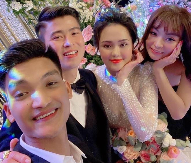 Duy Mạnh 2 lần tặng hoa cưới cho Mạc Văn Khoa.