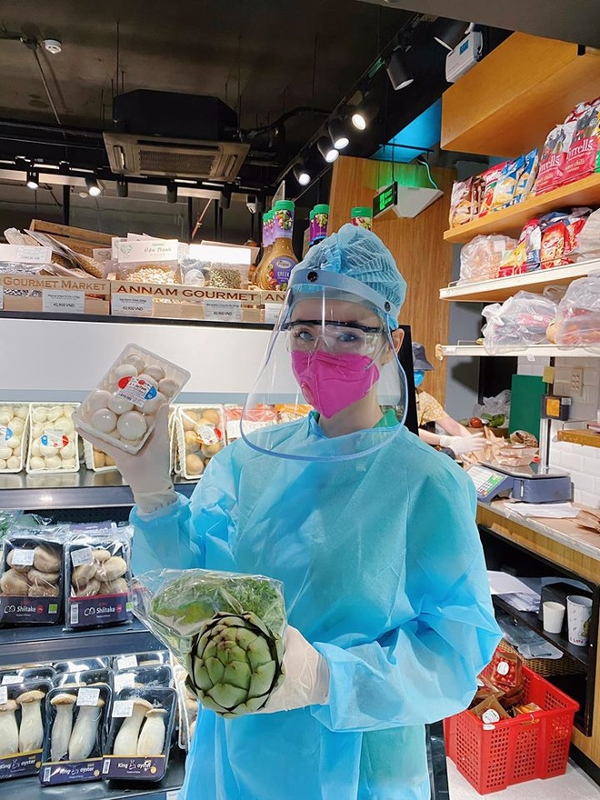 Angela Phuong Trinh trum kin trang phuc bao ho di mua do hinh anh 3 91038252_1513435722167962_4243415963187281920_o.jpg