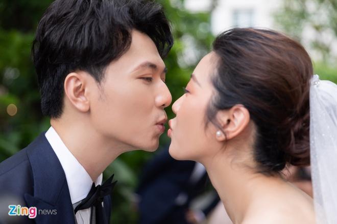 Cô dâu và chú rể trao nhau nụ hôn trong sự chúc phúc từ bạn bè. Thúy Vân và chồng muốn ngày vui diễn ra trong bầu không khí ấm cúng, vui vẻ.