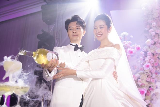 Cô dâu, chú rể thực hiện nghi lễ truyền thống trong đám cưới. Ảnh: NVCC.