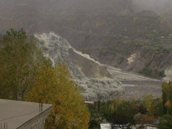 Sông băng tại thung lũng Hunza, vùng Kashmir sạt lở do động đất. Ảnh: The Hindu