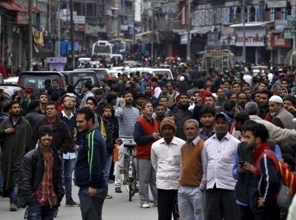 Người dân Srinagar, Ấn Độ vội chạy ra đường sau động đất. Ảnh: Reuters