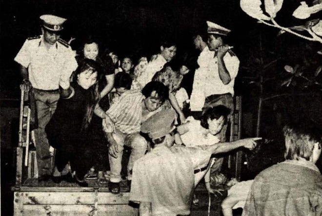 Công an Quận 10, TP HCM kiểm tra và đưa về trụ sở những người vi phạm ở khu Bình Khang vào năm 1993. Ảnh: Tuổi Trẻ.