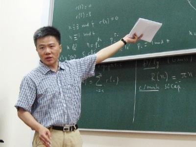 GS Ngo Bao Chau gioi thieu tu sach moi va tro chuyen ve sach toan hinh anh