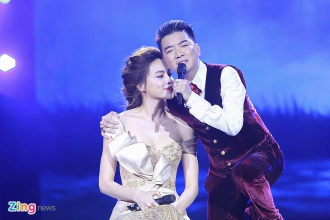 Dam Vinh Hung an can lau nuoc mat cho Ha Ho tren san khau hinh anh 3
