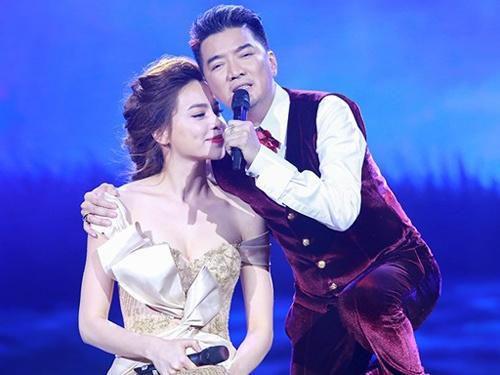 Dam Vinh Hung an can lau nuoc mat cho Ha Ho tren san khau hinh anh