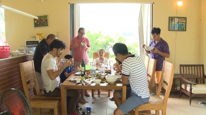 Dien vien hai Xuan Bac tro tai xem boi cho Tran Bom hinh anh 8