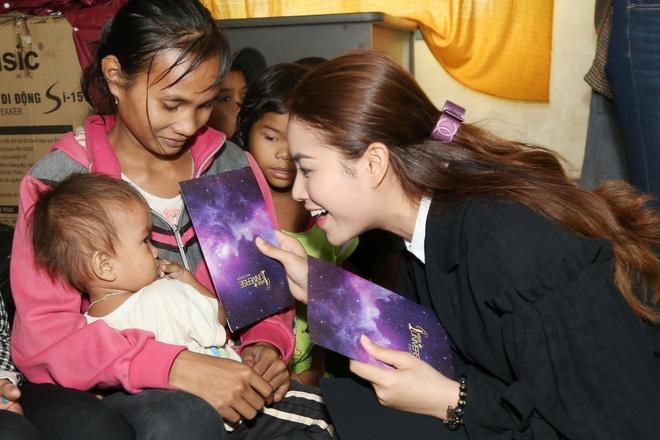 Pham Huong va thi sinh Hoa hau Hoan vu tham nha dan gap bao so 12 hinh anh