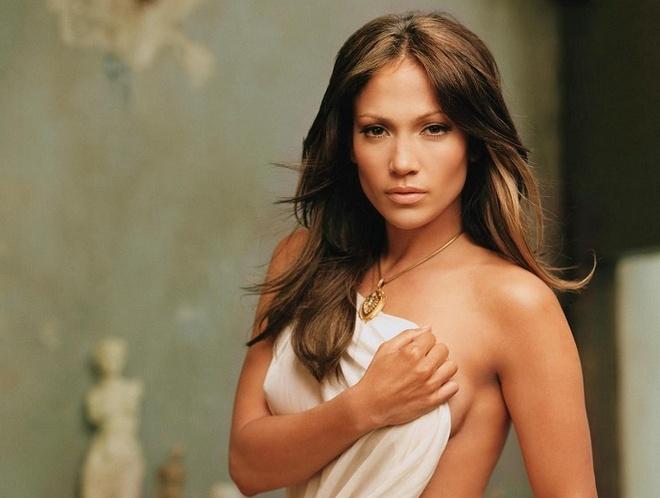 Jennifer Lopez tung bi mot dao dien ep coi ao pho nguc hinh anh