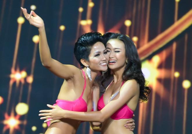 Tan Hoa hau H'hen Nie duoc ung ho: 'Tai sao phai lay chuan da trang?' hinh anh