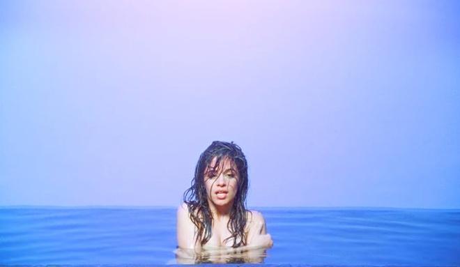Sexy qua da, giong ca 'Havana' ho henh trong MV moi hinh anh 1