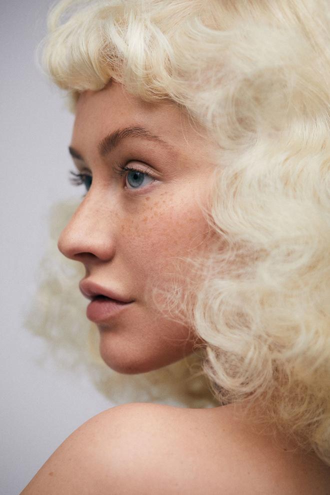 Christina Aguilera tu tin voi mat tan nhang tren tap chi hinh anh 2