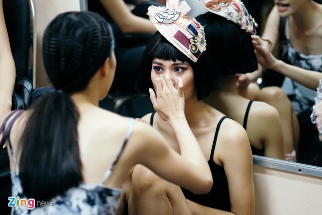 Hau truong mau Fashion Week: Ngoi bet trang diem, an voi cho gio dien hinh anh