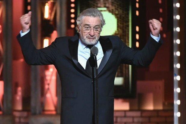 'Bo gia' Robert De Niro bat ngo chui Trump tren san khau giai Tony hinh anh