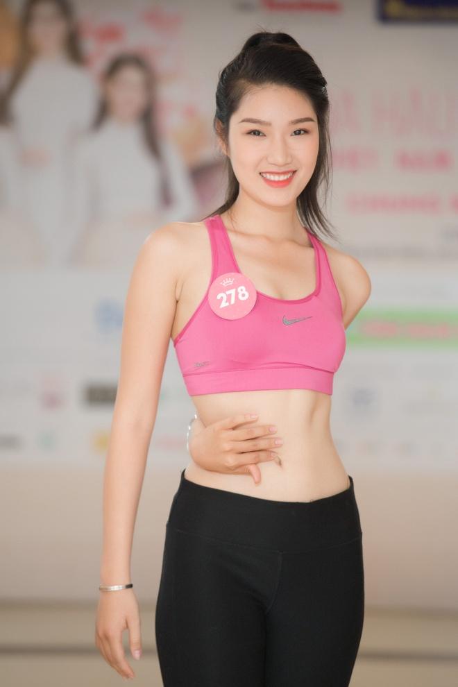 Nguoi dep Hoa hau Viet Nam 2018 vong tay cham ron khoe eo thon hinh anh 2