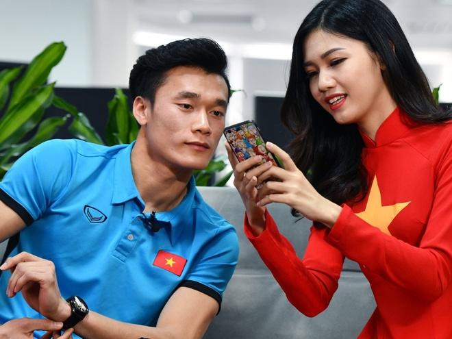 Bui Tien Dung bi fan nu lua nam tay va nhung chuyen chua ke cua U23 hinh anh