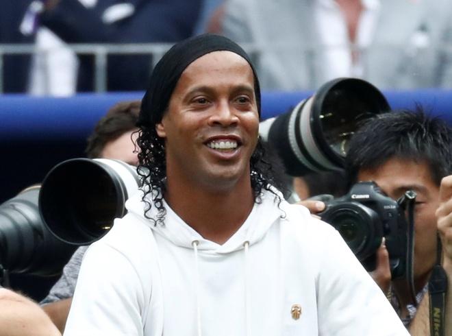 Ronaldinho choi trong tai be mac World Cup khien fan bong da nuc long hinh anh