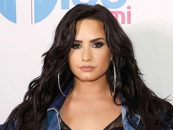 Demi Lovato va dam ban tu tap thau dem truoc khi soc thuoc hinh anh