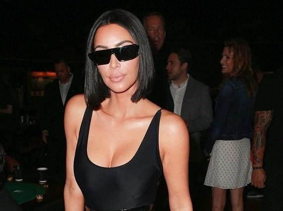 Kim Kardashian bi chi trich vi co xuy hinh mau co the doc hai hinh anh