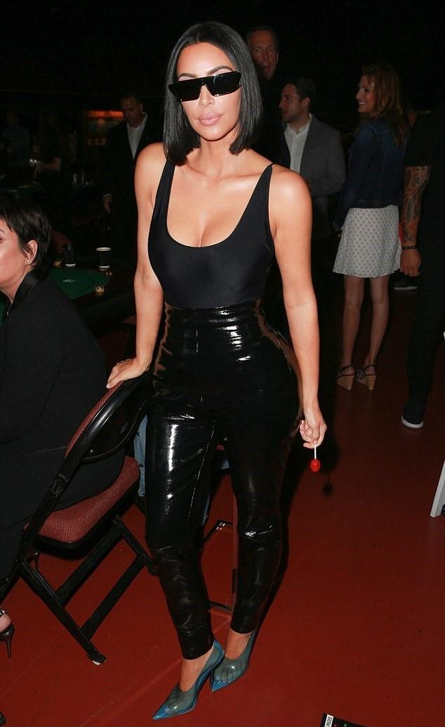Kim Kardashian bi chi trich vi co xuy hinh mau co the doc hai hinh anh 1